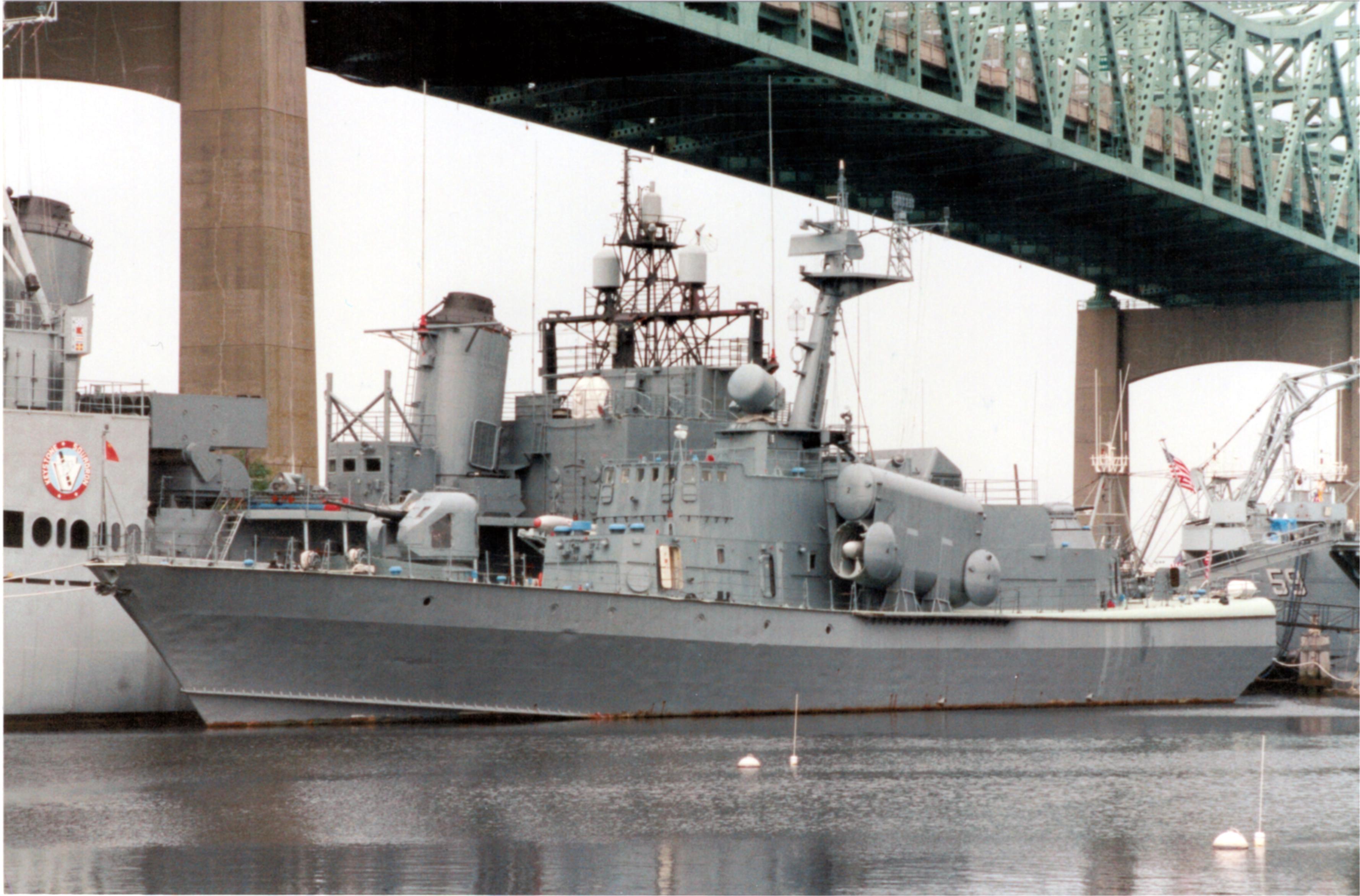"Letzter Liegeplatz des kleinen Raketenschiffes ""Hiddensee"" neben dem Schlachtschiff ""Massachusetts"" in Fall River. Bild: Klaus-Peter Gödde, Mai 1994"